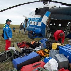 Expedition start, unloading the helicopter